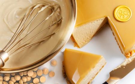 Gouden Caramel Mousse met Chocolade Druppels Goud